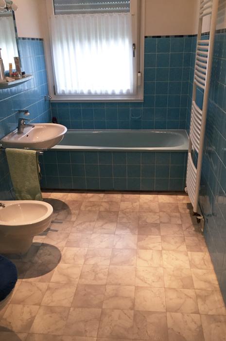 Bad in Holzoptik mit Mosaik