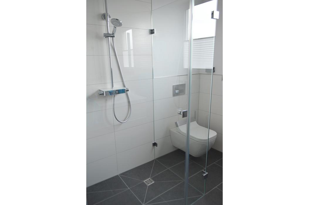 Modernes Bad in Grau-Weiß