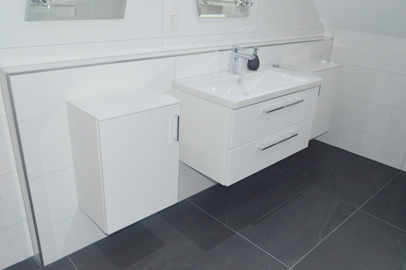 Schickes Bad in Grau-Weiß